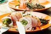 Bakad sparris inlindad i kyckling och bacon — Stockfoto