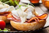 Eggs Benedict on toasted muffins with ham — Stockfoto
