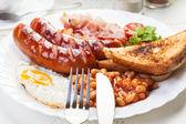 Desayuno completo inglés con tocino, salchichas, huevo frito y cocido — Foto de Stock