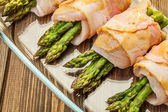 Asparagus wrapped in chicken and bacon in a baking dish — Foto de Stock