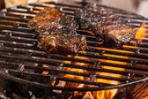 Grillen mariniert schweinefleisch auf einem holzkohlegrill — Stockfoto