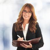 Biznes kobieta pisze w swoim notesie — Zdjęcie stockowe