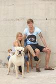 Los adolescentes felices ingenio de su perro — Foto de Stock
