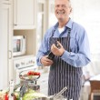 Senior Man in the Kitchen - Foto Stock