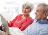 ラップトップを使用して年配のカップルのクローズ アップ — ストック写真