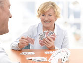 Starszy para gra gra w karty — Zdjęcie stockowe