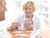 üst düzey çift bir kart oyunu oynamak — Stok fotoğraf