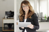 Pretty business woman smiling confidently — Stockfoto