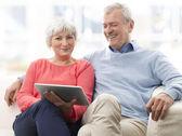 デジタル タブレットで年配のカップル — ストック写真