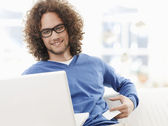 Young smiling man shopping on internet — Foto Stock