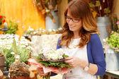 Glimlachend bloem winkeleigenaar van volwassen vrouw bloemist klein bedrijf — Stockfoto