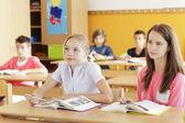 Student arbetar i klass — Stockfoto