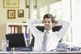 Spokojny młody biznesmen — Zdjęcie stockowe