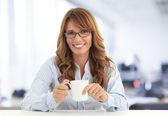 コーヒーを飲む女性実業家 — ストック写真
