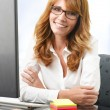Mature business woman with arms crossed — Stockfoto