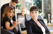 бизнес-леди с коллегами — Стоковое фото