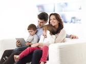 Zittend in de woonkamer en gelukkige familie — Stockfoto