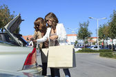 Belle donne lo shopping nell'outlet di moda — Foto Stock