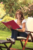 A mature woman working at home in the garden. — Foto Stock