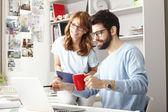 Obchodní kolegové pracují na notebooku — Stock fotografie