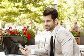 Empresário sentado na cafeteria — Fotografia Stock