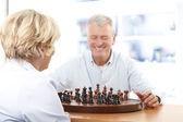 пара играть в шахматы на дому — Стоковое фото