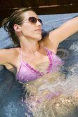 Vrouw in een bikini in de hot tub — Stockfoto