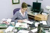 Donna in ufficio disordinato — Foto Stock