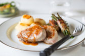 Pork medallions with potatoes and beans — Stock Photo