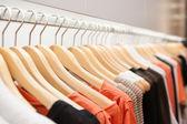 одежда на стойке — Стоковое фото