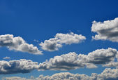 Wunderbar blauer himmel mit einigen weißen wolken — Stockfoto