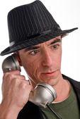 выстрел в голову кавказского мужчины в шляпе стиль fedora и разговаривает по телефону — Стоковое фото