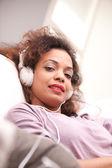Donna afroamericana bella su un divano — Foto Stock