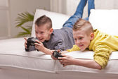 Two kids playing video games — Stock Photo