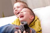 Dvě děti hrát video hry — Stock fotografie