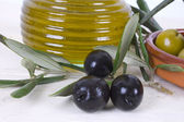 Olives and oil — Стоковое фото