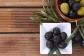 Olives with wooden background — Stock Photo
