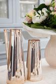 Prata potes com buquê de flores — Foto Stock