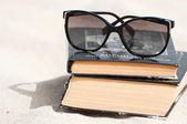 Libri su una spiaggia — Foto Stock