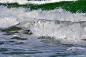 Espuma do mar branco na praia — Fotografia Stock