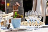 красивая сервировка в ресторан на открытом воздухе — Стоковое фото