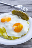 Mashed potatoes and fried eggs — Stock Photo