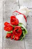 Букет из красных тюльпанов, завернутые в бумагу — Стоковое фото