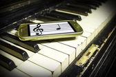 Starý klavír a nové poznámky — Stock fotografie