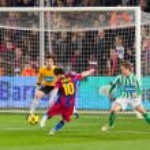 Постер, плакат: Mesi scores a goal