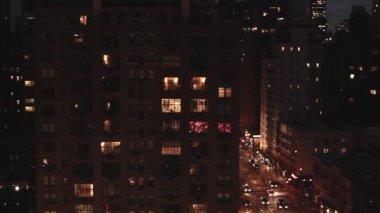 Stadens gata trafik på natten — Stockvideo