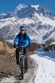 Woman cycling in Hymalaya mounains during sunny day — Stock Photo