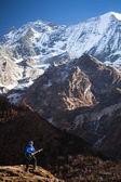喜马拉雅山的高山之间雪,弹吉他的快乐女孩 — 图库照片