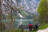 Man next to a mountain lake — Foto Stock