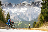 Girls with bikes on the road in the mountains — Stock Photo